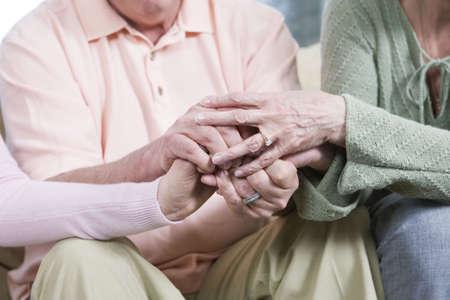 mani unite: Visualizzazione di amici che tiene insieme le mani.