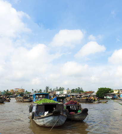 can tho: CAN THO, VIETNAM - JAN 23, 2010- Boats with agricultural products at Cai Rang floating market. The biggest and busiest market in the region. Fruits and vegetables brought here by the farmers and traders, then be  delivered to the neighboring cities Editorial
