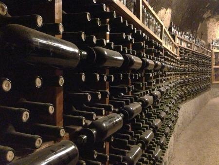 Bouteilles de vin dans une cave à vin Banque d'images - 20789306