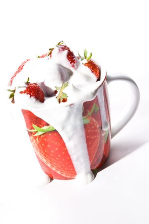 trickling: Red cup filled with fresh ripe strawberries with cream trickling down