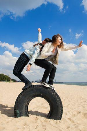 chicas divirtiendose: Dos adolescentes, divertirse en la playa