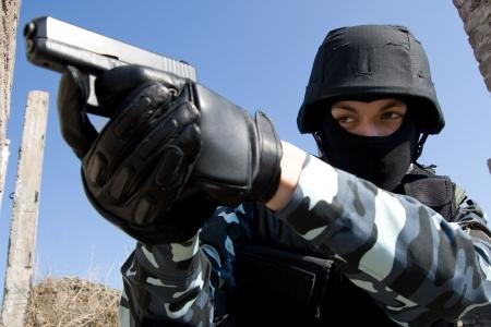 Soldat in volle Munition, die mit dem Ziel des Ziels mit einer halbautomatischen 9 mm Glock Pistole  Standard-Bild - 6661644