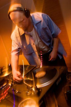 reggae: Deejay m�lange vinyles sur une platine de joueurs en mouvement flous