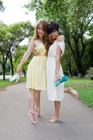 copule: Copule de finales de adolescentes caminar descalzo en alg�n lugar en el Parque verde