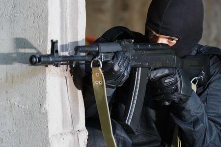 bulletproof: Pistolero con el objetivo de su destino con un fusil autom�tico de AK-47 ruso  Foto de archivo