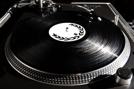 Professionelle analoge Djing-Ausrüstung, die die Musik zu spielen Standard-Bild - 7723097
