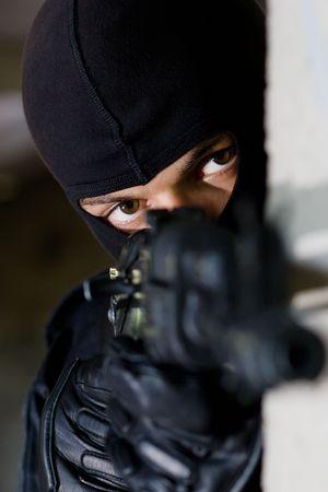 Mann in schwarz Camouflage targeting mit einer automatischen AK-47-Gewehr  Standard-Bild - 7723099