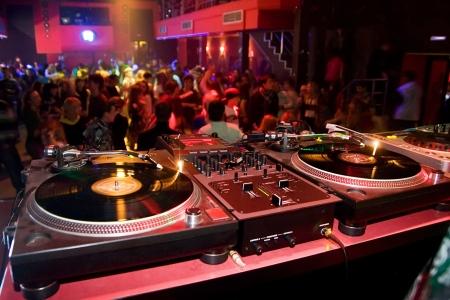 night club: Tabla de DJs con equipos de audio en el concurrido club Foto de archivo