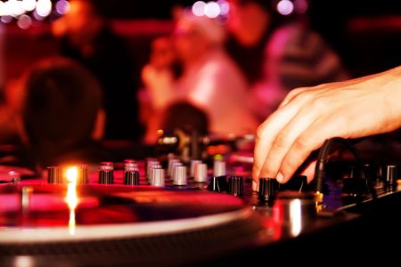 fiesta dj: Deejay de partido balanceo en la fiesta