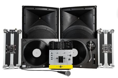 mezclador: Casos de viajes, tocadiscos profesional mezcla controlador, vocal micr�fono y altavoces en fondo blanco Foto de archivo