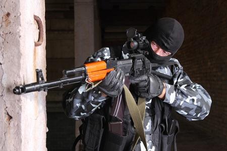 snajper: Zdjęcia żołnierzy ciężkich telewizję lub terrorystów w czarnym maski Guns automatyczne.