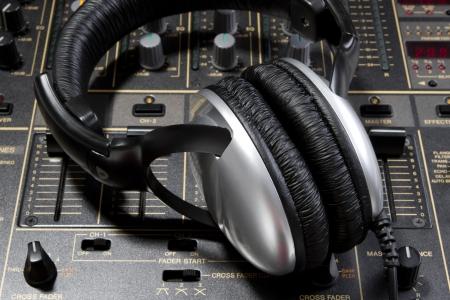 casque audio: Casque DJ professionnel st�r�o sur le contr�leur de mixage