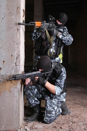 Soldaten oder Terroristen in schwarzen Masken und schwere Munition mit automatischen Gewehren Standard-Bild