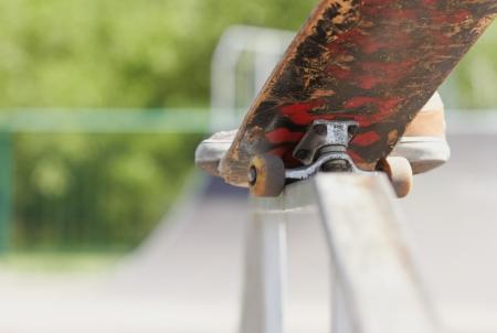 grind: Las piernas de atleta extremo haciendo elegante rutina o la nariz torcida muelen en un carril cuadrado en la parte superior de la diversi�n de la caja en un parque de patinaje. Enfermo truco! Foto de archivo