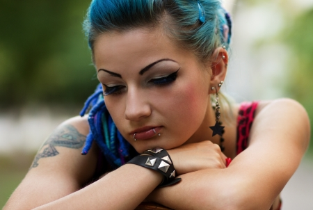 Traurig, aber schön Punk-Mädchen sitzt im Freien Standard-Bild - 14712447