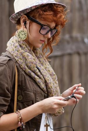 Auf der Suche nach ihrem Lieblings-Musik in ihr Handy Standard-Bild - 14883466