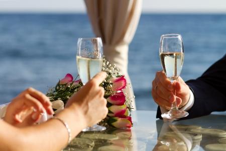 c�r�monie mariage: Le premier toast pour la vie heureuse � long de ce couple brillant Banque d'images