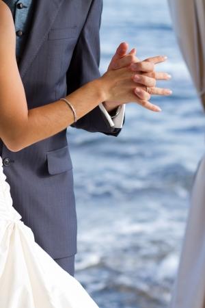 Erste Hochzeitstanz mit kristallklarem Meer im Hintergrund Standard-Bild - 16016308