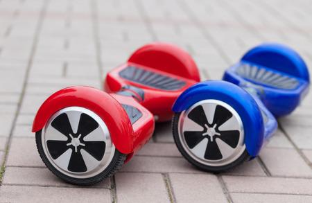 Moderne Verkehrstechnik - elektrische Mini Segway Roller Hover Board. Einfache und unterhaltsame Art und Weise die Straßen der Stadt zu fahren. Trending neues Gadget, das bei Jugendlichen und Erwachsenen sehr beliebt geworden ist. Das ist die Zukunft der Energie effetive persönlichen Stadtverkehr tha Standard-Bild - 55960547