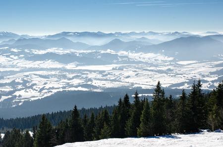 スキー公園 Kubinska はいはい Orava、スロバキア。チェアリフト、スキー場からの眺めは、雪に覆われた、背景タトラ山の峰霧谷斜面します。冬の休暇