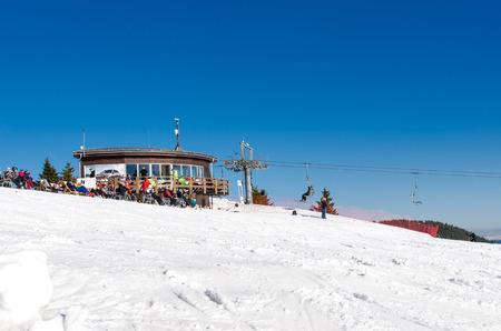 Skigebied Kubinska Hola dichtbij Dolny Kubin, Slowakije. Stoel lift op de top van de skipiste. Zicht op de vallei. Reisbestemming voor wintervakanties. Op de achtergrond bergen toppen en sneeuw.
