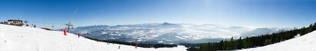 Panorama van skigebied Kubinska Hola dichtbij Dolny Kubin, Slowakije. Stoel lift op de top van de skipiste. Zicht op de vallei. Reisbestemming voor wintervakanties. Op de achtergrond bergen toppen en sneeuw