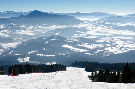 Skigebied Kubinska Hola, Orava, Slowakije. Stoel lift en uitzicht vanaf de skipistes op sneeuw bedekte en mistige vallei op de achtergrond tatras bergtoppen. Reisbestemming voor wintervakanties. Stockfoto