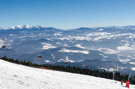スキー リゾート ・ ドルニ Kubin、スロバキアの近く Kubinska はいはい。スキー場の上部にリフト。バレーの風景。冬の休暇の旅行先。背景の山の峰の 写真素材