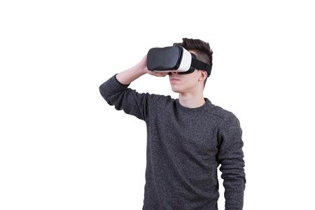De man met een bril van virtuele realiteit op witte geïsoleerde achtergrond. Jonge vent in VR-headset kijkt naar het interactieve scherm. Speel mobiele game app op apparaat.