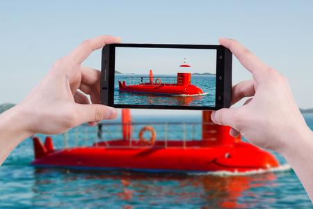 Hand man bedrijf en maken foto met mobiel. Toeristische foto semi-submarin tijdens vakantie in Pakostane in Kroatië. Plaats voor reclame logo smartphone reisconcept.