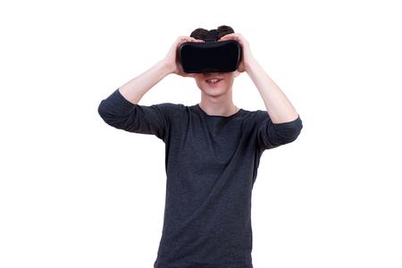 Verraste mens met glazen van virtuele werkelijkheid op wit geïsoleerde achtergrond. De jonge kerel in VR-hoofdtelefoon bekijkt het interactieve scherm. Mobiele game-app op apparaat spelen.