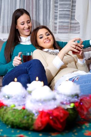socializando: socializar amigo para la Navidad con una taza de té Foto de archivo