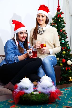 socializando: socializar amigo para la Navidad con una taza de t� Foto de archivo