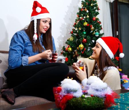 socializing: socializar amigo para la Navidad con una taza de t� Foto de archivo