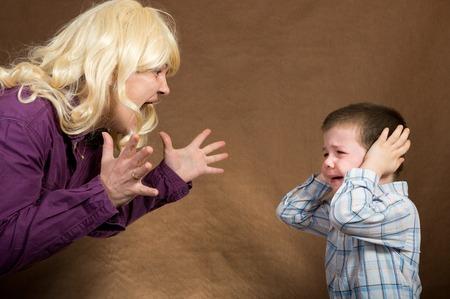 padres hablando con hijos: madre gritar a los ni�os