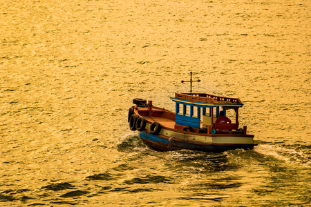 cielo atardecer: Barco de pesca con el cielo del atardecer Foto de archivo