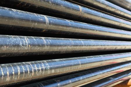 oil well: Tuber�a de perforaci�n en la cubierta de tuber�as de la plataforma petrolera