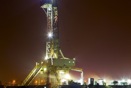 superb: working drilling rig in night