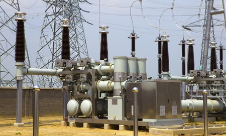 Hochspannungs-Strom Umspannwerk Standard-Bild - 42144970