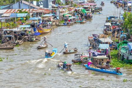 commodities: Hau Giang, Vietnam - 6 ° de abril de, 2015: Macrofloating mercado en confluencia con botes, canoas y transporte de productos agrícolas, frutas y verduras, productos agrícolas de dos puerto deportivo junto al río se centraron, todo un ajetreo de río Hau Giang, Viet Editorial