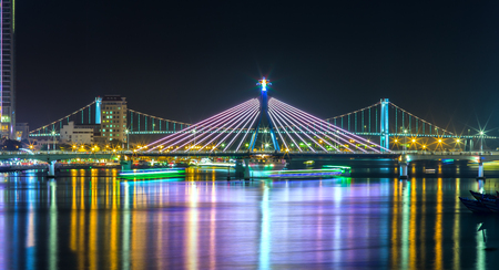 Han River Bridge and the Thuan Phuoc Bridge at night on the Han River flamboyance. It's great to watch the bridges at night. Danang attracts tourists each occasion trtong international fireworks competition. Standard-Bild