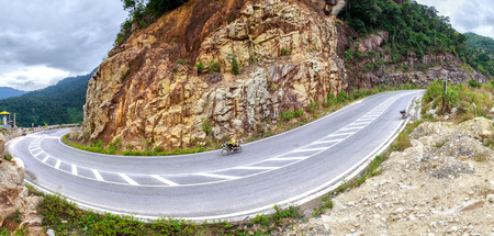 Pass on the beauty path Dalat plateau, this is dangerous stretch of road with curve-hugging road with steep slopes and downhill slopes where there are many tourists to visit beautiful land- for in Vietnam