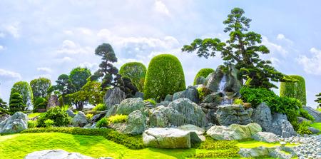 Ho Chi Minh City, Vietnam - 3 maart 2014: Bonsai tuin schoonheid met veel cipressen, dennen, stenen architectuur en oude bomen als schilderijen nemen mengen in Ho Chi Minh-stad, Vietnam.