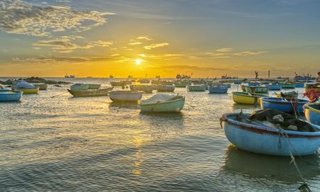 Puesta de sol y barco en el mar mientras el sol baja lentamente por el círculo del horizonte crea una hermosa luz dorada en la bahía. Es genial para paisajes idílicos aquí.