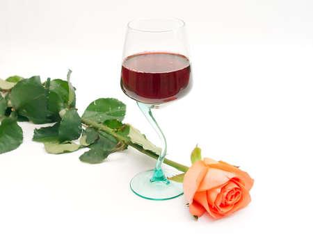 Vino rosso in un bicchiere e una rosa  Archivio Fotografico - 935128