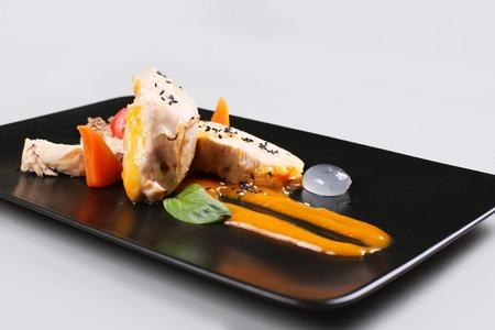 Cocina molecular moderna. pechuga de pollo cocinada al vacío. imagen de stock. Foto de archivo - 91382148