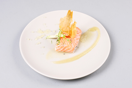 Salmón ahumado con hierbas, fingido huevas de salmón. Salsa preparada por la técnica gastronomía molecular. Foto de archivo - 91333651
