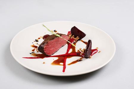맛있는 송아지 고기 필레는 소스, 분자 거품 및 비트 뿌리로 제공됩니다. 스톡 콘텐츠 - 91382153