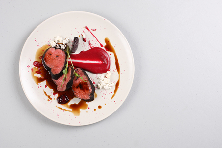 Delicious veal fillet served with sauce, molecular froth and beetroot Zdjęcie Seryjne - 91382155
