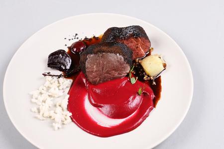 Delicioso filete de ternera servido con salsa, espuma molecular y remolacha Foto de archivo - 91355894